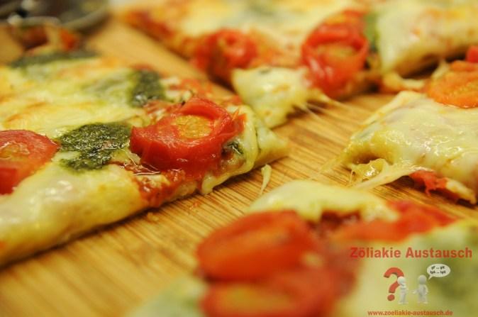 Dünner Boden und Spinat bei der Pizza Mozzarella