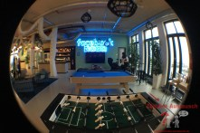 Der All Hands Raum mit Kicker, Billiard und Playstation