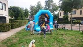 kinderen op springkussen bij burenborrel Zogwetering 2018