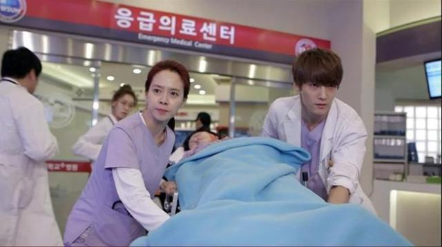 Oh Jin Hee and Oh Chang Min wheel a patient into the ER