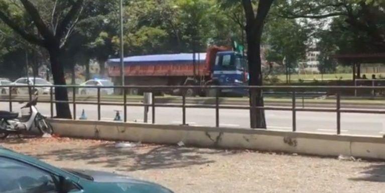 Malaysia: Lorry khawlsak nuamlo, apei ki kapkhapsak, adang mawtaw 15 nawksia