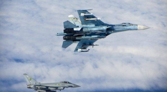 Su-27 Flanker siendo interceptado por un Typhoon asignado al 3rd Fighter Squadron durante una misión de Baltic Air Policing 2014. Imagen: Crown.