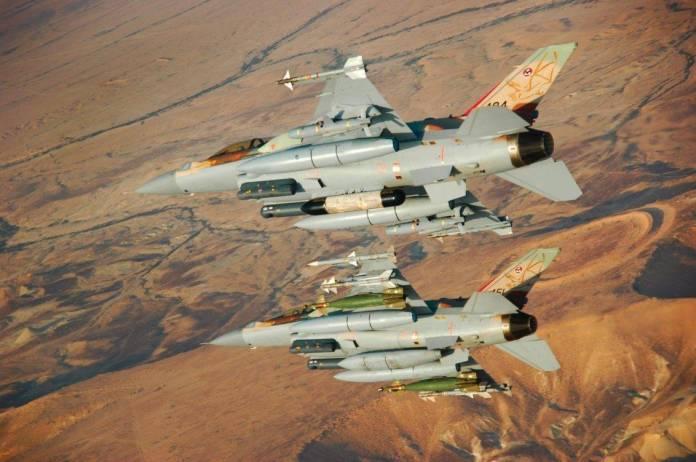 Una pareja de F-16I Sufa pertenecientes al The Bat Squadron. Los cazabombarderos están armados con misiles Delilah II y LGB Paveway II respectivamente. Imagen: Tal Shoham.