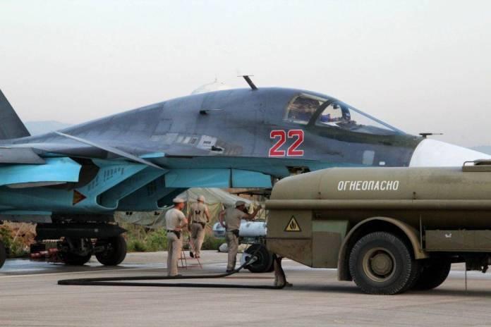 Cazabombarderos Su-34 de la Fuerza de Defensa Aeroespacial Rusa siendo reabastecidos de combustible en la base aérea Hmeymim en la provincia de Latakia de Siria.