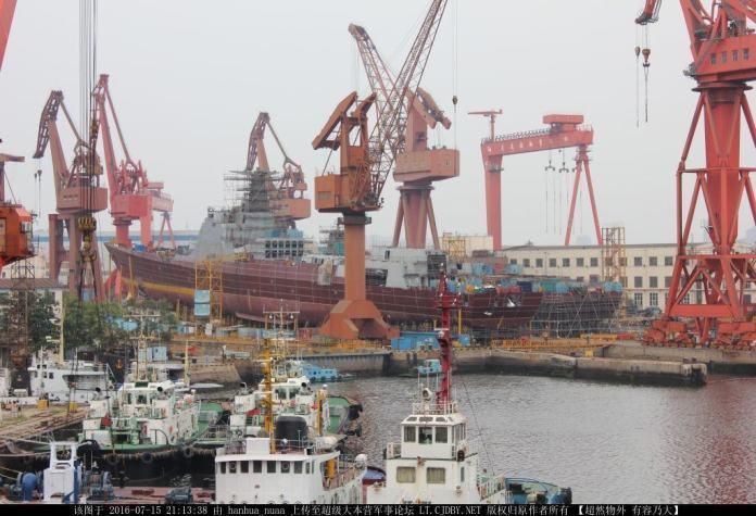 Dos Destructores Tipo  052D Clase Luyang III en distintas fases de construcción en los astilleros 2 y 3 de Dalian