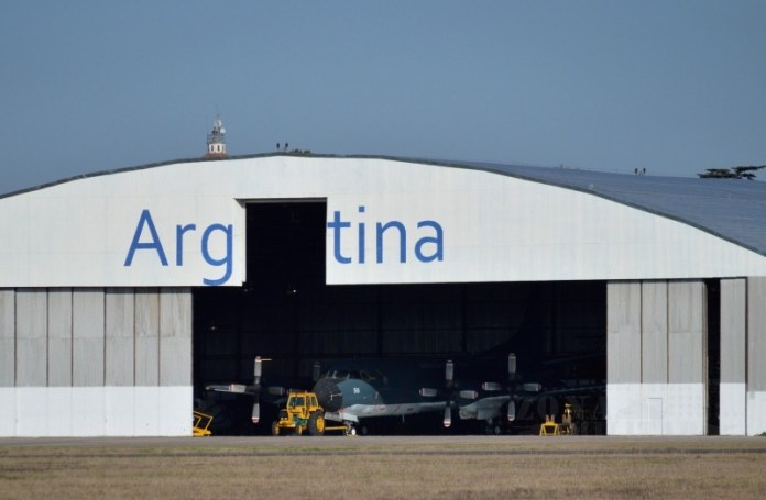 P-3B Orion 6-P-56 esperando los trabajos de extensión de vida en las instalaciones de FAdeA. Imagen: Zona-Militar.