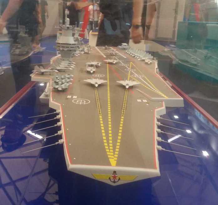 Modelo del portaaviones Proyecto 23000E 'Shtorm', presentado en la Exhibición Militar del Ejército 2015