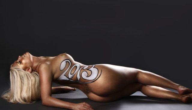 Las mujeres de negro desnudas para el 2013 (2)