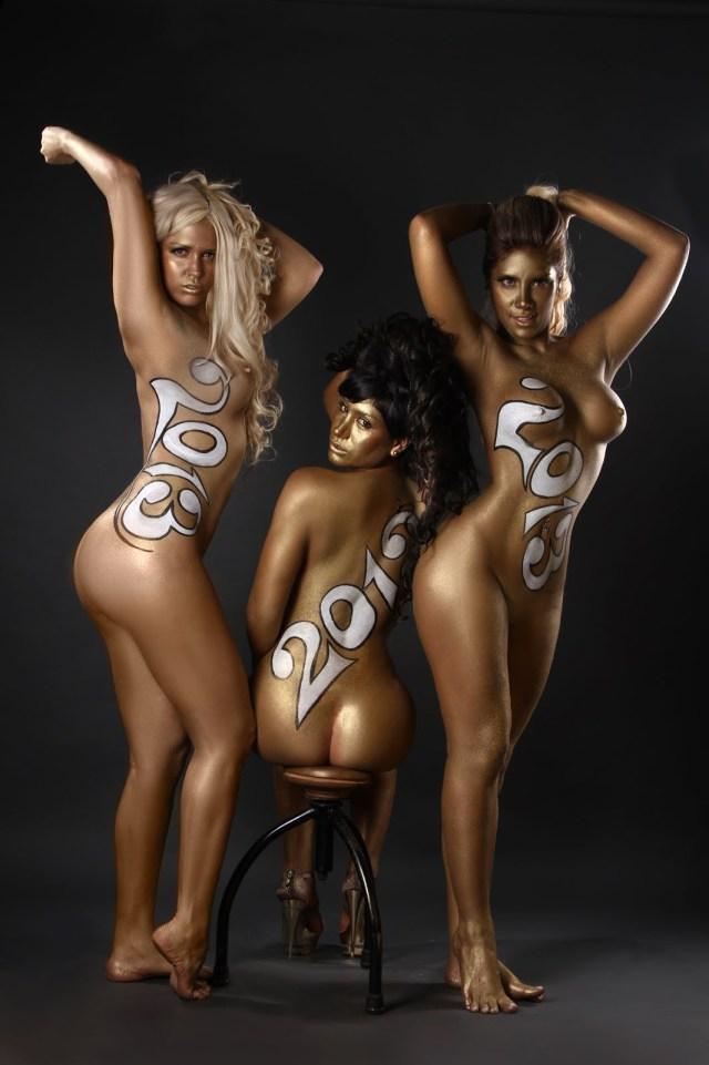 Las mujeres de negro desnudas para el 2013 (7)