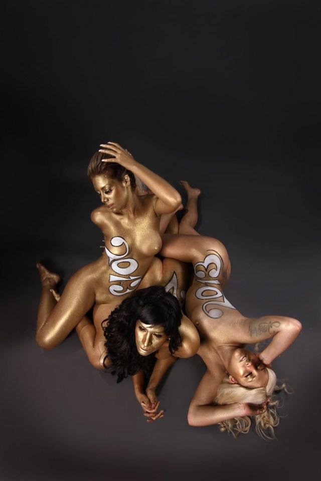 Las mujeres de negro desnudas para el 2013 (8)