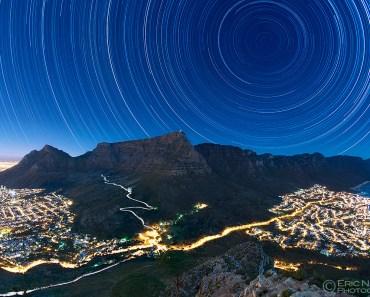 Rastros de estrellas sobre Table Mountain
