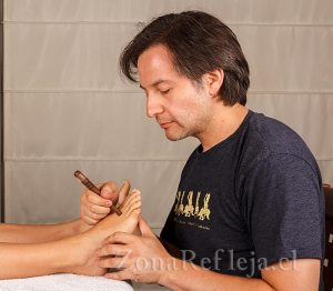 Reflexologia Thai: aplicación con herramienta de madera - Zona Refleja Terapias Naturales