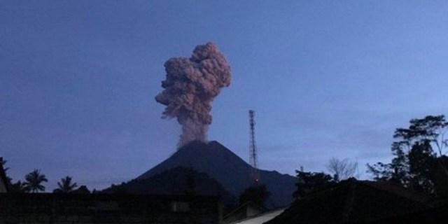 Pagi Ini Gunung Merapi Meletus, Semburkan Abu Vulkanik Tebal