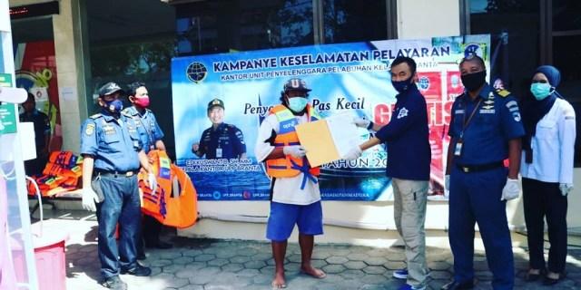 Ratusan Nelayan Pamekasan Terima Bantuan Sarana Keselamatan Berlayar Dari Syahbandar Branta