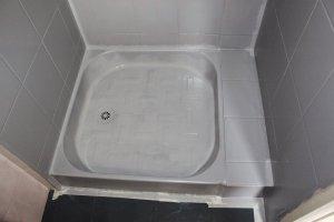 On poursuit l'application du produit dans le bac de douche