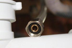 Le joint est déjà présent sur les tuyaux du mitigeur