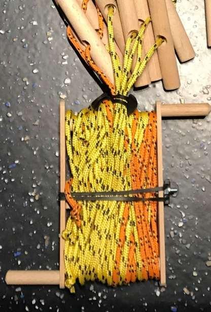 Haspel opgerold met touwen van het zonnestralenspel