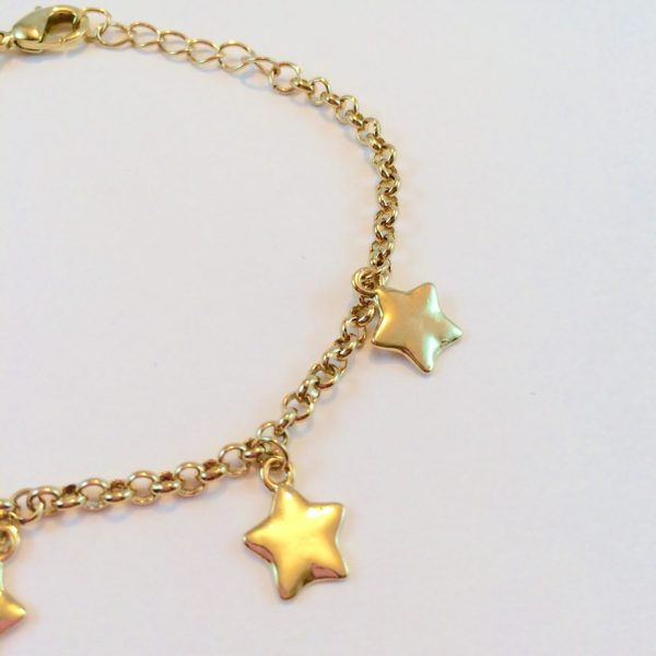 armband-met-sterretjes-bedels-goud