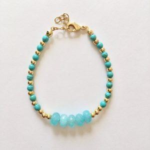 Armband met blauwe natuursteen en kralen goud
