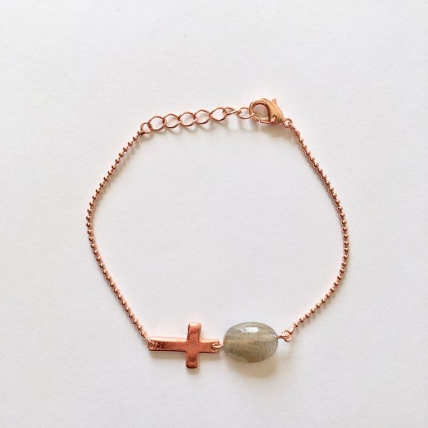 Armband met kruisje en ovaal labradoriet rosé goud