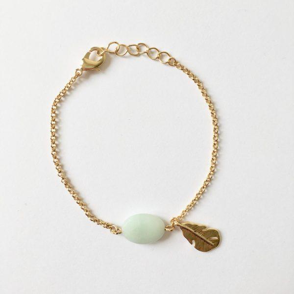 Armband met veer bedel en amazoniet edelsteen goudkleurig