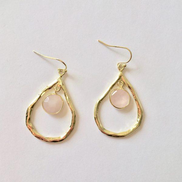 Grote oorbellen met rozenkwarts bedel goud