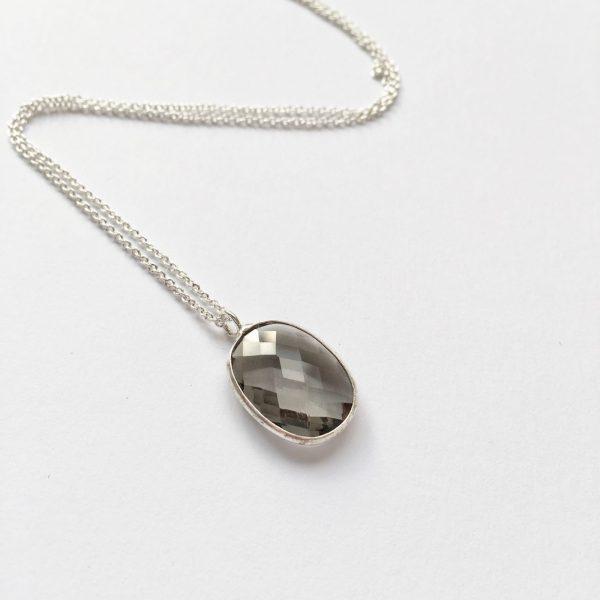 Ketting met glasbedel hanger donkergrijs zilver korte ketting