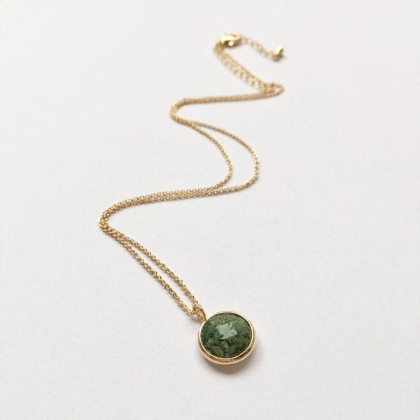 Ketting met hanger natuursteen donker groen goudkleurig