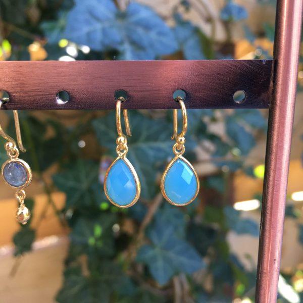 Kleine edelsteen oorbellen Blue Chalcedony fel blauw 925 zilver verguld goud