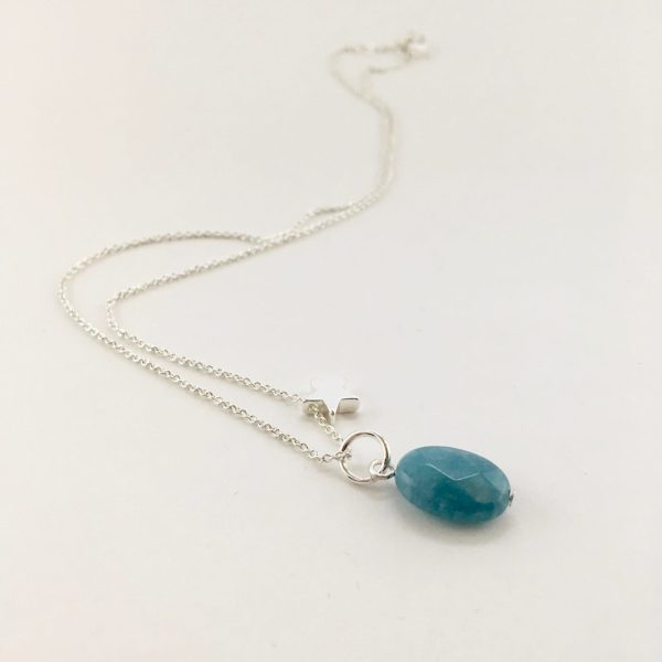 Korte ketting zilver ster blauwe jade ovaal bedel