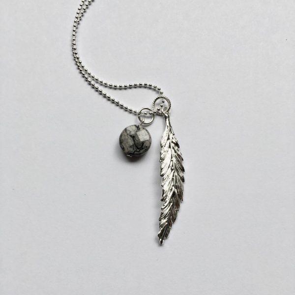 Lange edelsteen ketting 2 bedels natuursteen rondje grijs zwart veer zilver
