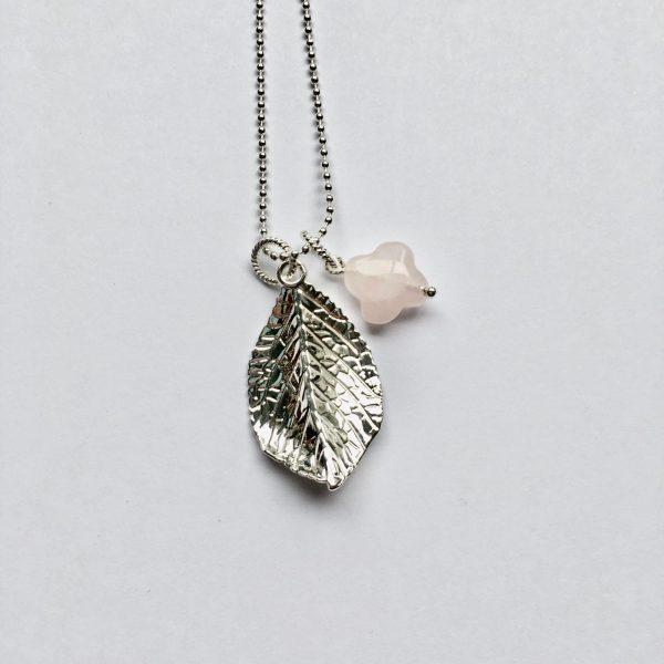 Lange edelsteen ketting 2 bedels rozenkwarts bloem blad bedel zilverkleurig