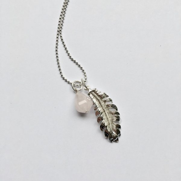 Lange edelsteen ketting 2 bedels rozenkwarts veer zilver