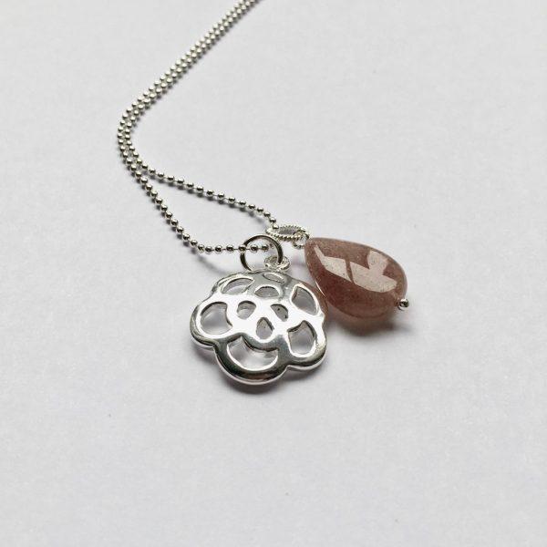 Lange edelsteen ketting lichtbruine natuursteen druppel bloem bedel zilverkleurig
