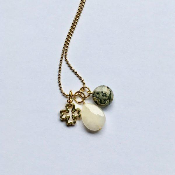 Lange edelsteen ketting met 2 natuursteen bedels en klavertje vier goud