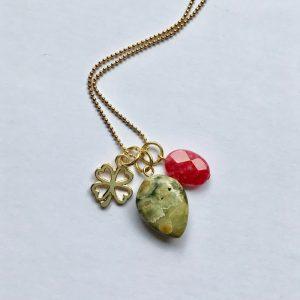Lange edelsteen ketting met 2 natuursteen bedels groen roze en klavertje vier goud