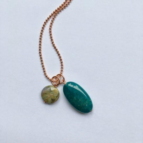 Lange edelsteen ketting met agaat ovaal en groene natuursteen rosé goud