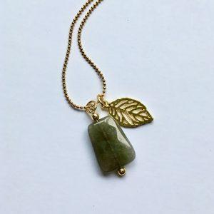 Lange edelsteen ketting met grijze natuursteen blad bedel goud