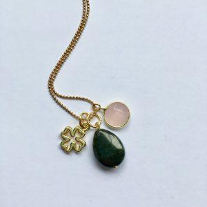 Lange edelsteen ketting met groene natuursteen rozenkwarts bedel en klavertje vier goud