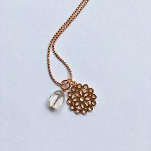 Lange edelsteen ketting met kwarts hanger bloem bedel rosé goud