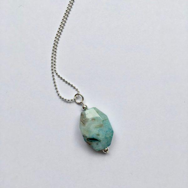 Lange edelsteen ketting met lichtblauw bruine grijze natuursteen zilver