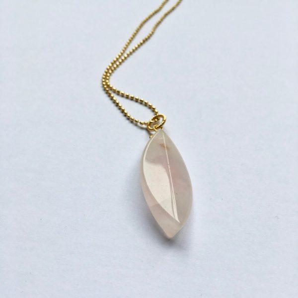 Lange edelsteen ketting met rozekwarts steen goud
