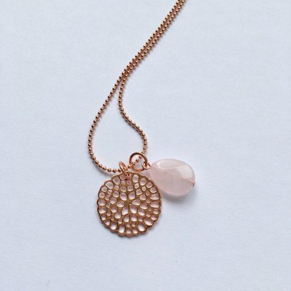 Lange edelsteen ketting met rozenkwarts druppel bloem bedel rosé goud
