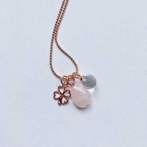 Lange edelsteen ketting met rozenkwarts druppel klavertje vier kwarts bedel rosé goud