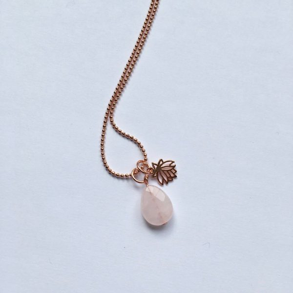 Lange edelsteen ketting met rozenkwarts druppel lotus bedel rosé goud