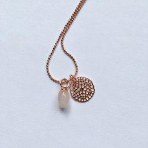Lange edelsteen ketting met rozenkwarts hanger bloem bedel rosé goud