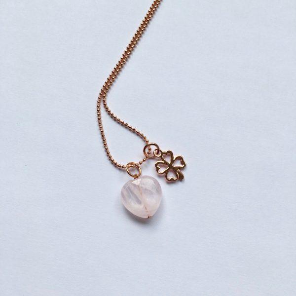 Lange edelsteen ketting met rozenkwarts hart klavertje vier bedel rosé goud