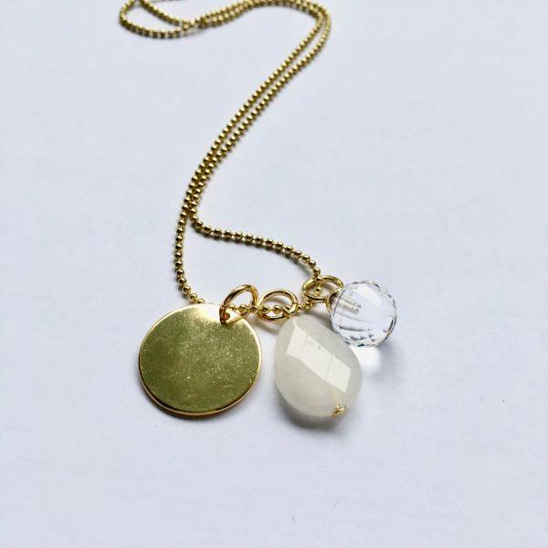 Lange edelsteen ketting met witte jade kwarts bolletje rondje bedel goudkleurig