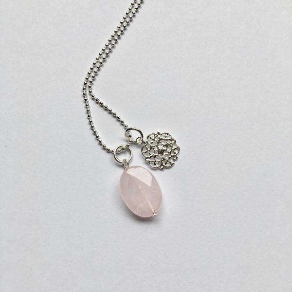 Lange edelsteen ketting rozenkwarts ovaal bloem bedel zilver