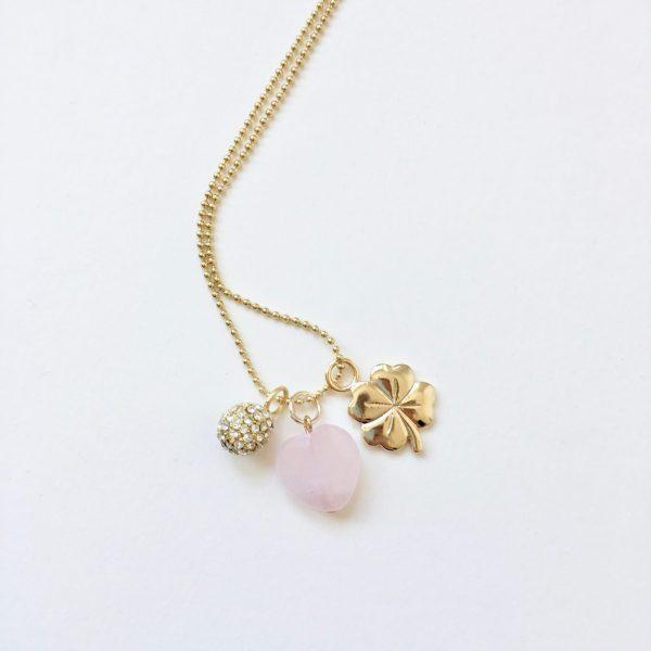 Lange ketting goud 3 bedels harten rozenkwarts klavertje vier strass bol bedel